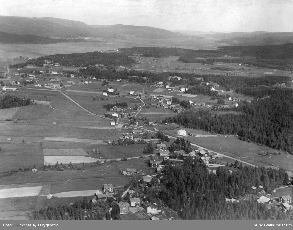 Flygfoto som visar Fanbyn, Storberget och i viss mån byn Östanå i Stöde. På vyn syns bland annat Nygården, Övergården, Slottet och Per-Månsgården. Bilden är tagen mot öster.