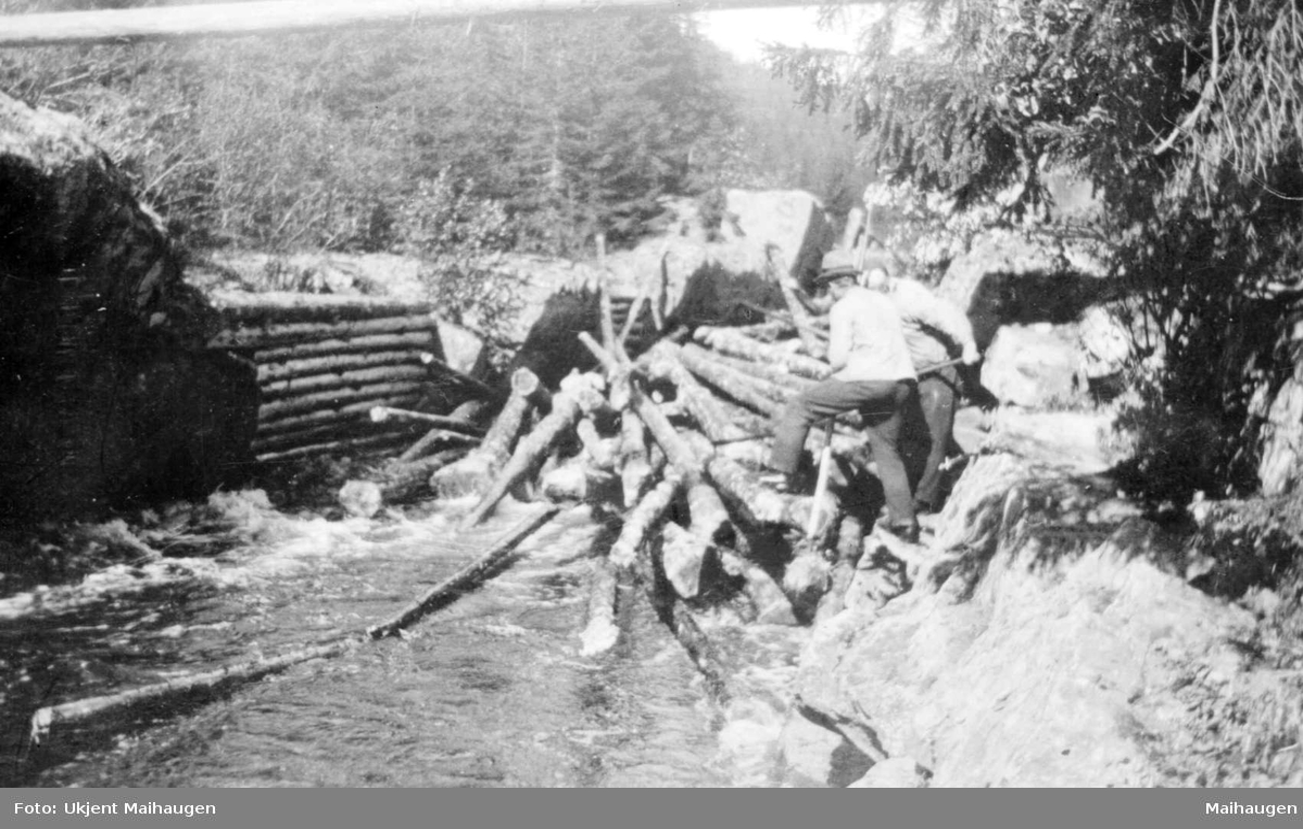Repro: Tømmerfløting, løsing av tømmervase.