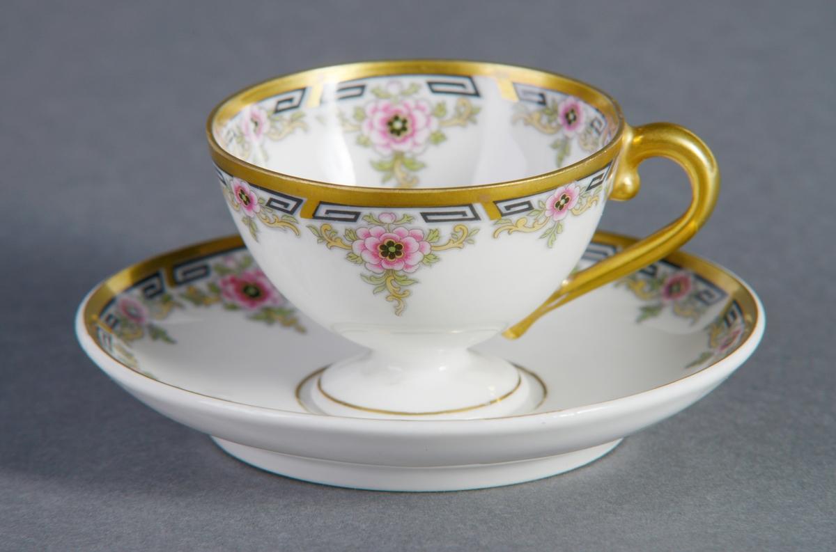 Sirkulært tefat i porselen med glasur. Dekorert med blomster og bladmotiv rundt ved kanten, samt geometrisk mønster i svart og en gullfarget ring helt ytterst ved kanten. Tilhørende kopp (se relaterte objekter).