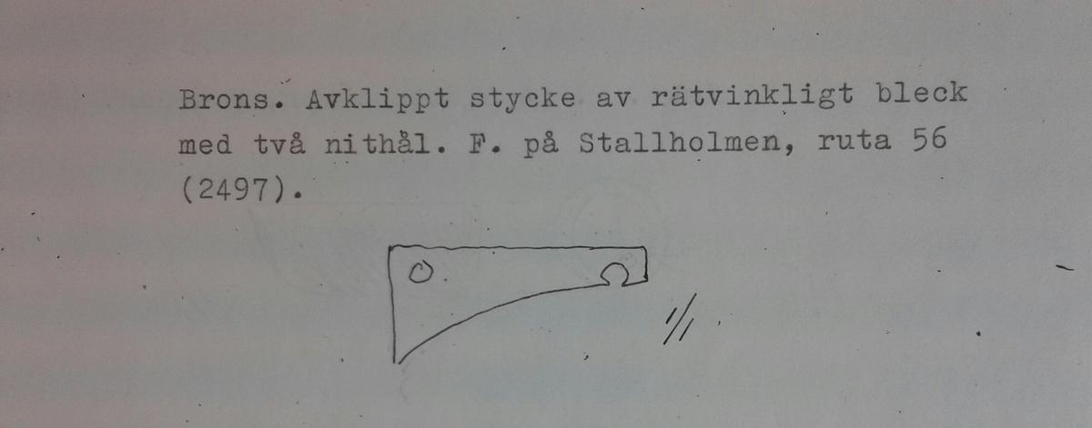 Fragment av ett beslag (?) bestående av ett avklippt stycke rätvinkligt bronsbleck med två nithål.