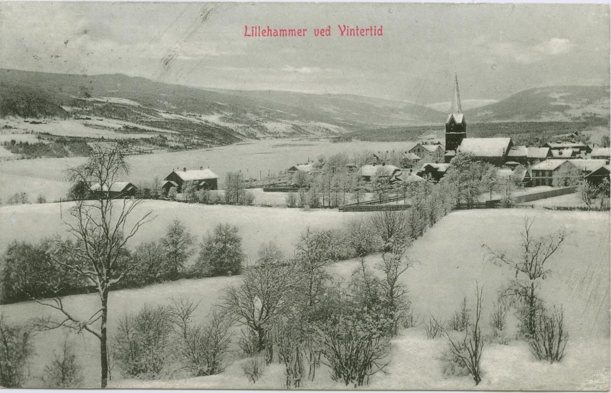 Repro: Utsikt over Lillehammer, sett fra sør mot Lillehammer kirke, vinter, bebyggelse, postkort.