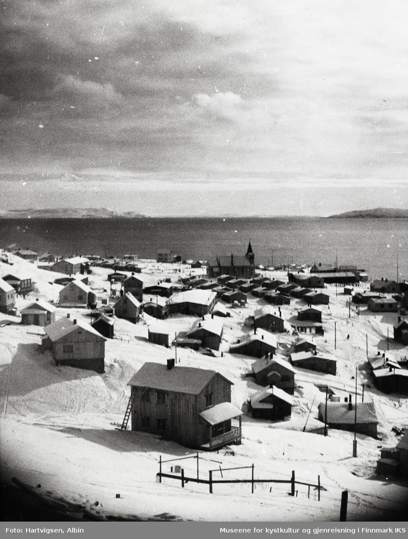 Honningsvåg. Gjenreisning. Utsyn fra Storfjellet mot kirka og Tundraleiren. Antatt vinter 1947.