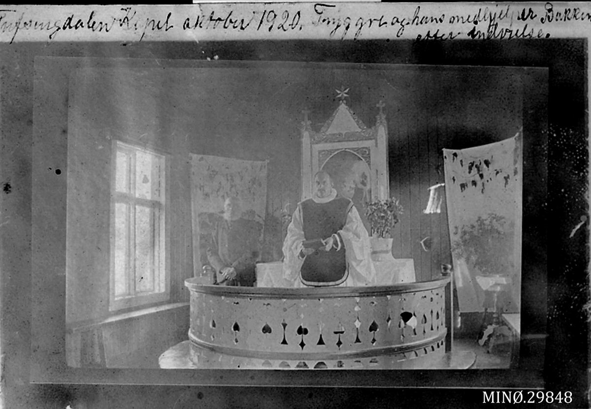 Tufsingdalen kapell, oktober 1920. Trygve (Klute) og hans medhjelper Ingulf Bakken etter innvielse.