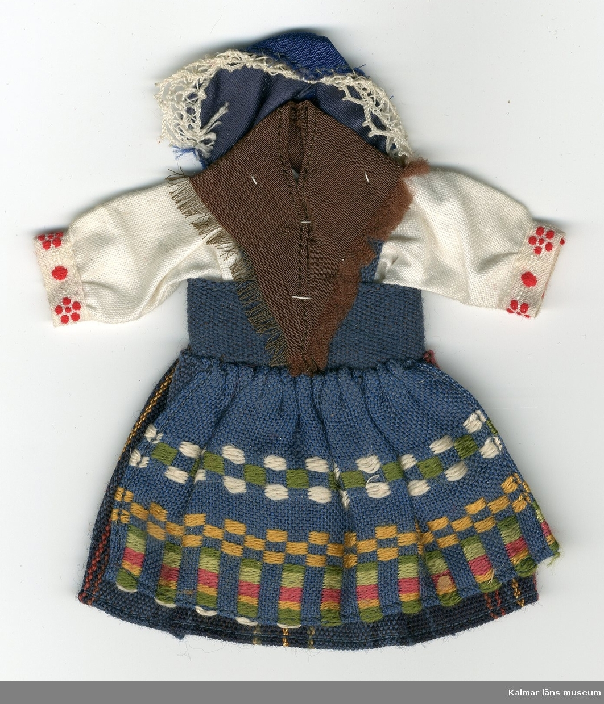 KLM 28082:64. Dockdräkt, dam, av bomull, linne och siden. Dräkten består av kjol, förkläde, väst, skjorta, schal och huvudbonad. Nationaldräkt från: Aspås, Östersund, Jämtland.