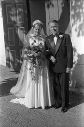 Brudeparet Else Rustad og Edvard Narum fotografert foran inn