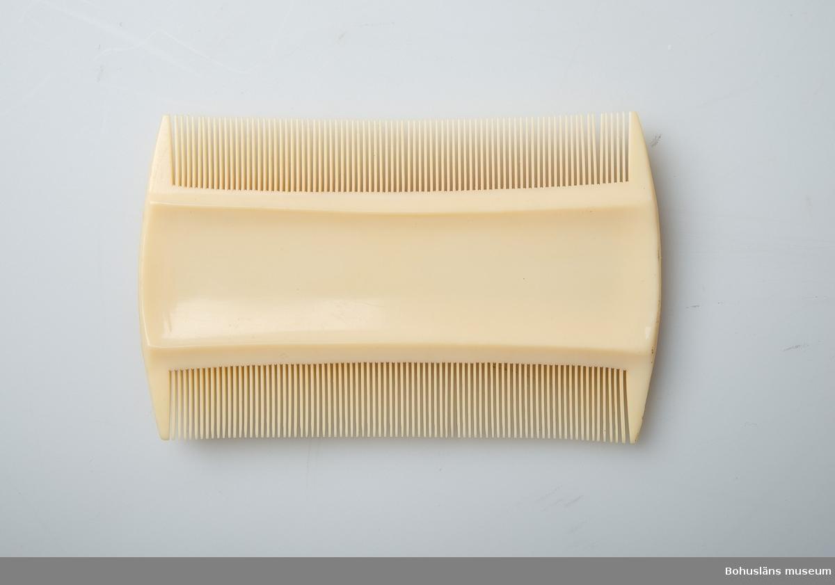 Använd för hårvård. Fintandad kam av ljusgult plastmaterial, troligen karbamidplast.