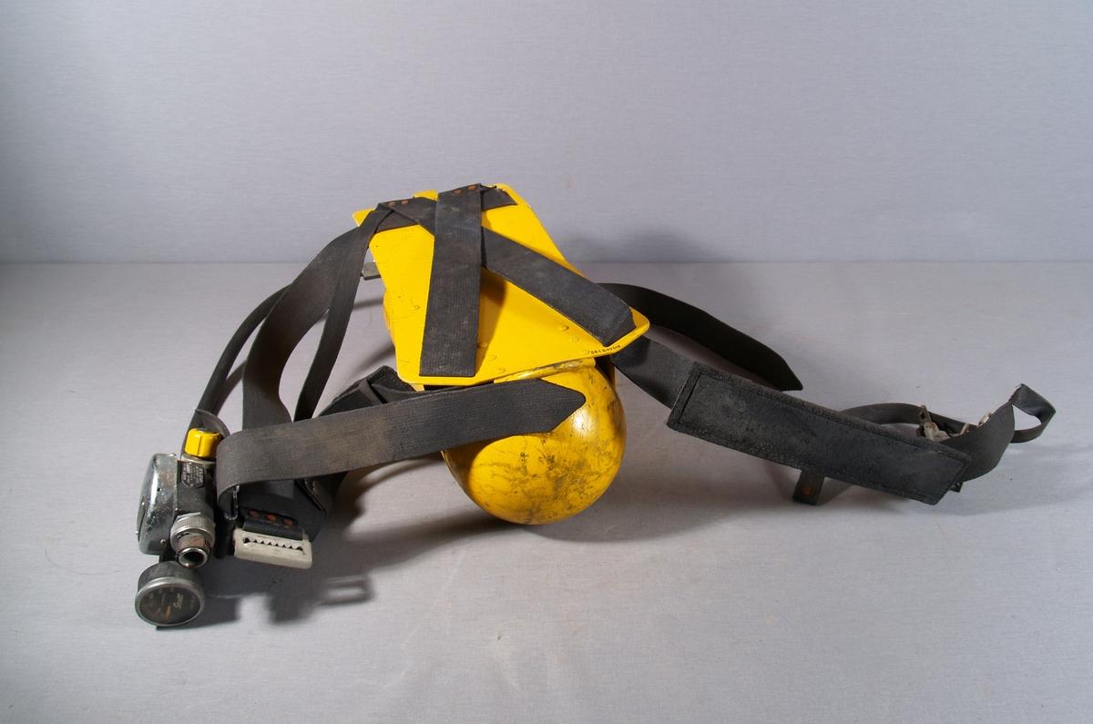 Stål luftflaske med slange, munnstykke og trykkmåler. Belterem og sele for bæring på ryggen.