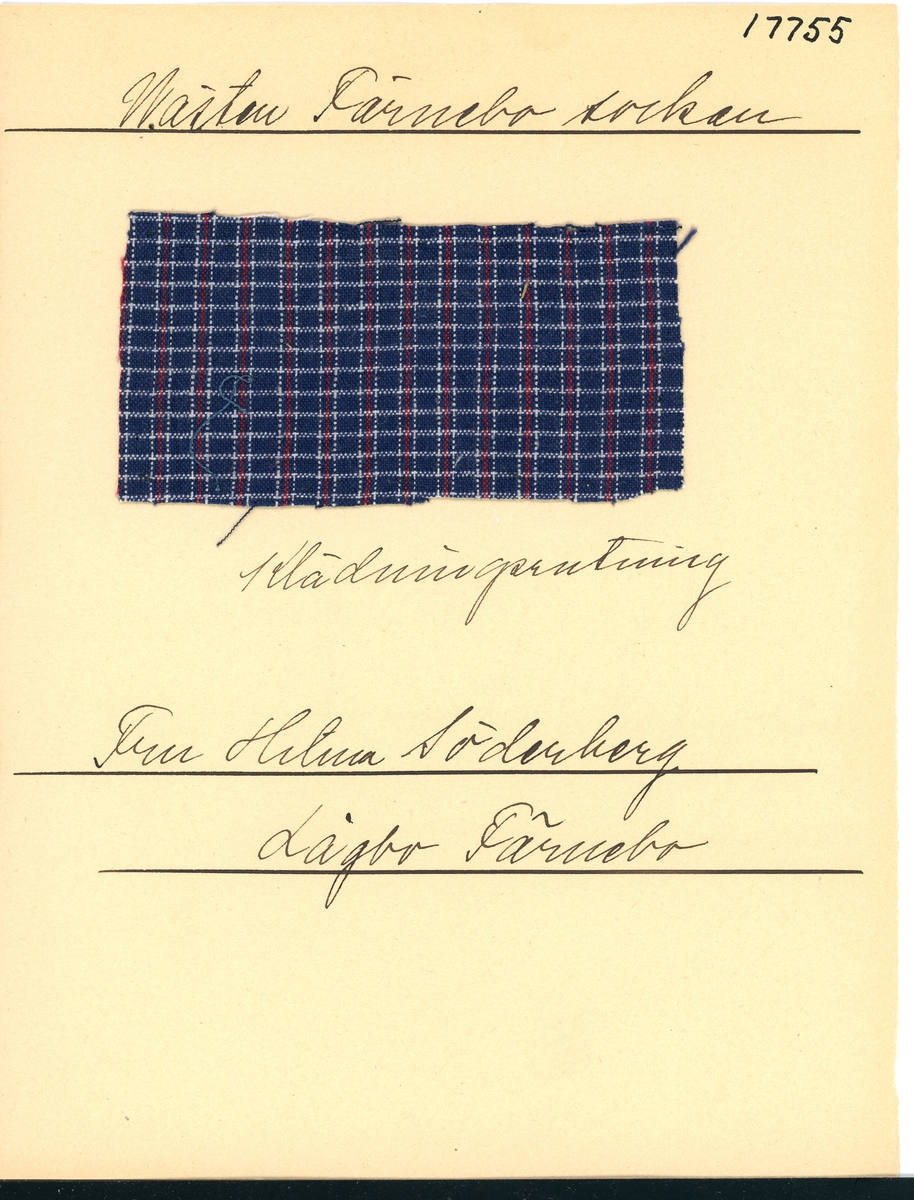 Anmärkningar: Vävnadsprov Olga Anderzons samling. Klänningsrutning, Fru Hilma Söderberg, Lågbo Västerfärnebo. Vävprov av bomull i tuskaft, rutigt. Varpen är randad i blått, vitt och rött. Inslaget är randad i blått och vitt. L. 600 900 Br. 1180 1250