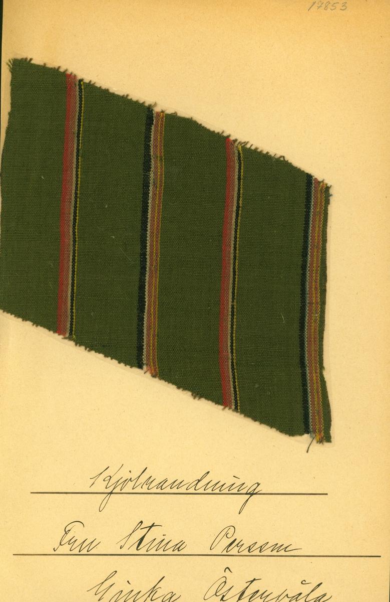 Anmärkningar: Vävnadsprov Olga Anderzons samling. Kjolrandning Fru Stina Persson, Ginka Östervåla sn Vävprov av halvylle i tuskaft, randigt. Varpen är av brunt bomullsgarn. Inslaget av ull är randat i rött, rostbrunt, rosa, svart, gult, marinb1ått och blått på grön botten. Längd: 140, 168 mm. Bredd: 100, 136 mm.