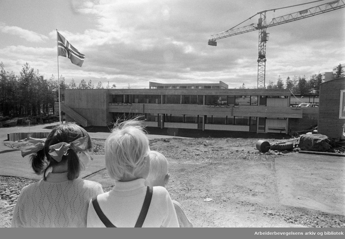 Romsås: Tiurleiken Barneskole. August 1972
