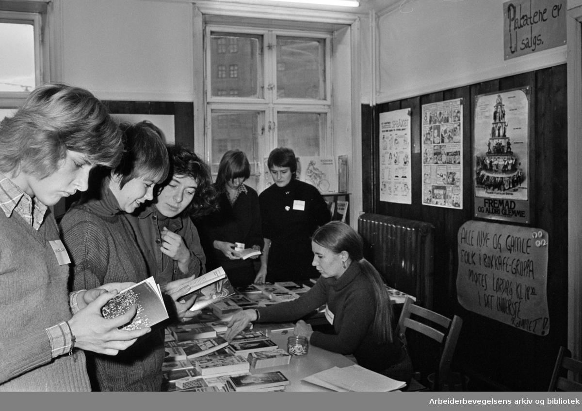 Rådhusgata. Yrende liv på Kvinnehusets åpningsdag.Desember 1975