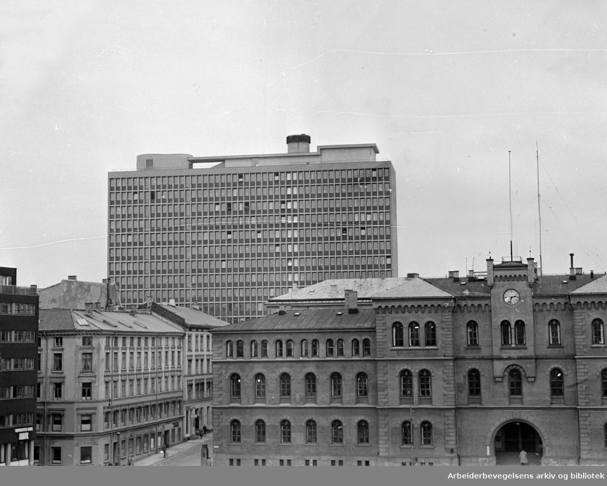 Regjeringsbygget, eksteriører med Møllergata 19. Oktober 1960.