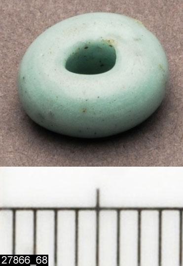 Anmärkningar: Badelunda sn, Tuna undersökt 1952-1953 Pärla, från båtgrav daterad till yngre järnålder, 850 e.Kr. (Vikingatid)  Pärla av glas, från grav 75 (fyndnr 68). 1 st liten vit. Diam ca 8 mm  Den ursprungliga ordningen på pärlorna, enligt tidigare registrering: Pärlrad 1: (fyndnr) 34, 99, 87, 50, 83, 52, 104, 73, 128, 126, 117, 51, 54, 130, 21, 29, 82, 57, 62, 129, 135, 119. Pärlrad 2: 49, 115, 42, 63, 28, 48, 22, 47, 26, 118, 35, 32, 66, 64, 103, 40, 108, 71, 78, 107, 79, 134, 72, 143, 70, 61, 76, 85, 92, 141, 68, 100, 101.  Tidigare dubbelregistrerad som pärlband under invnr 28008. Pärlorna från grav 75 har omregistrerats av Access-projektet 2007 och då registrerats på enskilda poster under sitt ursprungliga (från rapporten) fyndnummer.  Litteratur Nylén, E. & Schönbäck, B. 1994. Tuna i Badelunda. Guld kvinnor båtar I. Västerås kulturnämnds skriftserie 27. Västerås. s 44ff. Nylén, E. & Schönbäck, B. 1994. Tuna i Badelunda. Guld kvinnor båtar II. Västerås kulturnämnds skriftserie 30. Västerås. s 112 ff, 150ff, 200.  Fotograferad teckning negnr A-7422