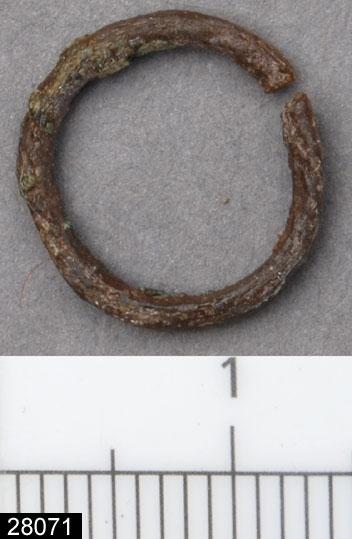 Anmärkningar: Badelunda sn, Tuna undersökt 1952-1953 Del av bronskedja, från båtgrav daterad till yngre järnålder, ca 850 e.Kr. (Vikingatid)  Liten ring av brons från grav 75. 1 st, ej helt sluten. Har tillhört bronskedjan, fynd 124 (inv nr 27911). Se även inv nr 28125, ytterligare en bronsring som tillhört kedjan. Diam 13 mm.  Litteratur Nylén, E. & Schönbäck, B. 1994. Tuna i Badelunda. Guld kvinnor båtar I. Västerås kulturnämnds skriftserie 27. Västerås. s 44ff. Nylén, E. & Schönbäck, B. 1994. Tuna i Badelunda. Guld kvinnor båtar II. Västerås kulturnämnds skriftserie 30. Västerås. s 112 ff, 150ff, 200.  Fotograferad teckning neg nr A-7421