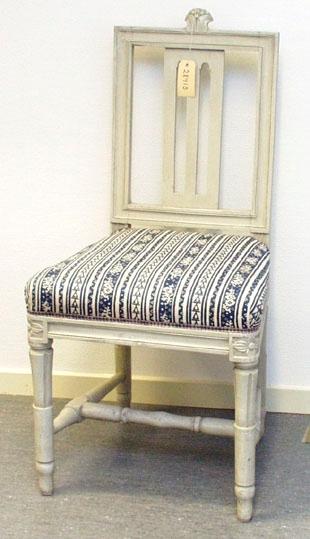 """Anmärkningar: Gustaviansk stol, troligen stockholmsarbete. Gråmålad. Rakt kälat ryggkrön med uppskjutande skulpterad dekor i form av en humlekvist. Ryggståndarna , liksom tvärslå i nedre delen är kälade.  Ryggbricka med genombruten dekor i två skåror. Stoppad sits. Stolssargen på tre sidor kälad. Kraftigt profilerat fotkryss. Rosettanfang på frambenen, som är kannelerade med s.k. strumpa vid fotkrysset. Det bakre stolsbensparet är enbart kannelerat med en skåra på framsida. Frambenens fötter har en ansvällning, där de övergår i strumpan. Hör till samma uppsättning som invnr. 28406-28415. Omtapetserade.  På den högra ryggståndarens baksida finns en spricka vid den bakre sargen. Den löper från en plugg neråt stolsbenet. Skrivet """"436 A"""" under framsargen.  Har använts och används ännu på Sätra brunn."""