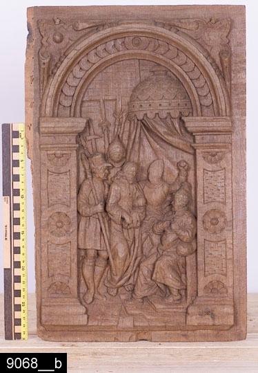 Anmärkningar: Dörrspeglar, två stycken, snidad ek, 1500-tal.  Judaskyssen (bild 9068__a): Motivet är snidat i relief. Scenen omramas av en arkadbåge med skuren bandfläta och skurna blommor. Arkadbågen flankeras i hörnen av skurna ornament. H:460 B:300 Dj:25.  Kristus inför Pilatus (bild 9068__b): Motivet är snidat i relief. Scenen omramas av en arkadbåge med skuren bandfläta och skurna blommor. Arkadbågen flankeras i hörnen av skurna ornament. H:460 B:305 Dj:25.  Historik: Inköpta av Dr. Gustaf Holm, Västerås från antikhandlare Pollak.