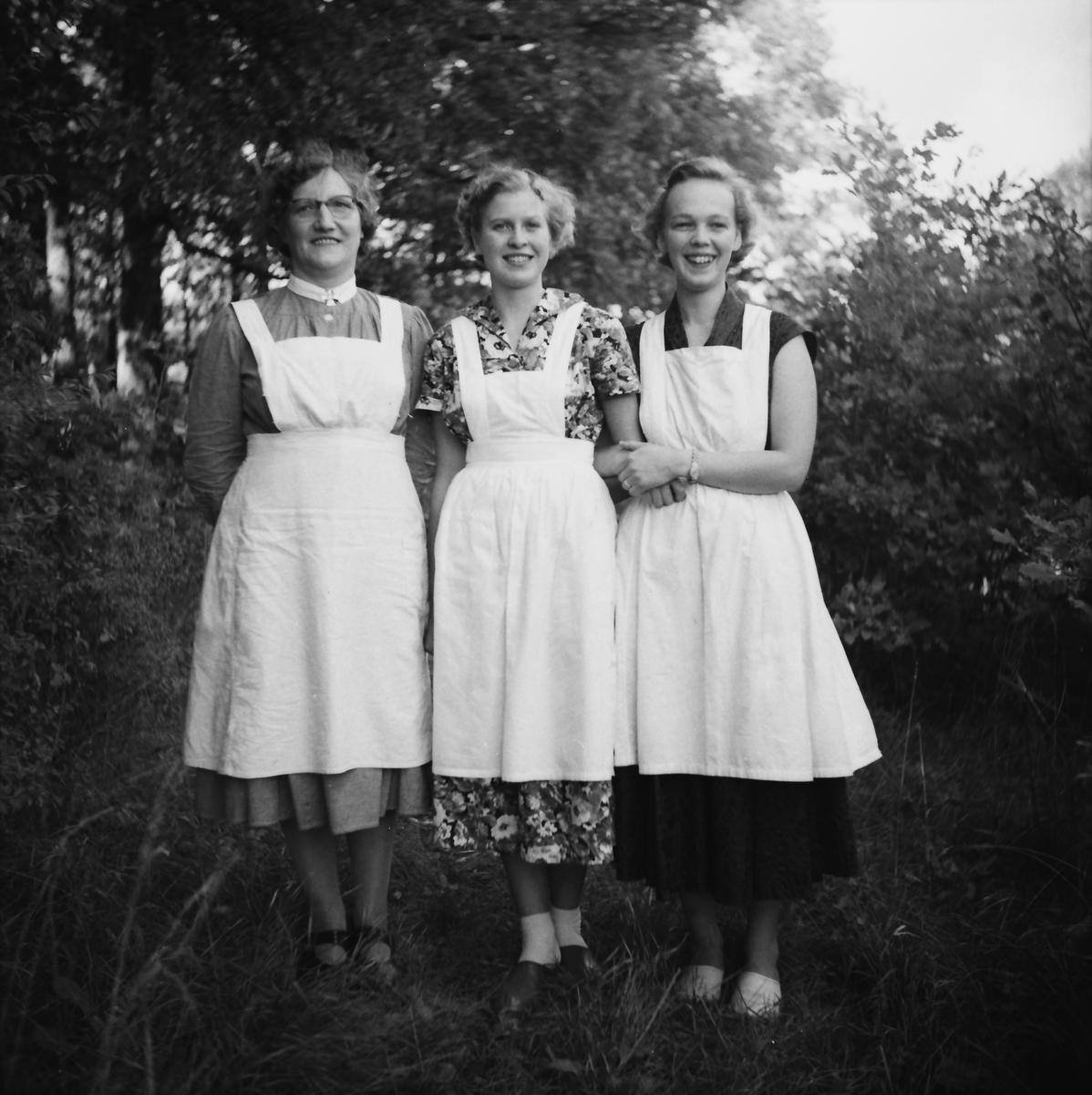 5c450af12b3d Personal vid ålderdomshemmet i Thårstorp poserar i trädgården - tre glada  kvinnor i klänningar och vita