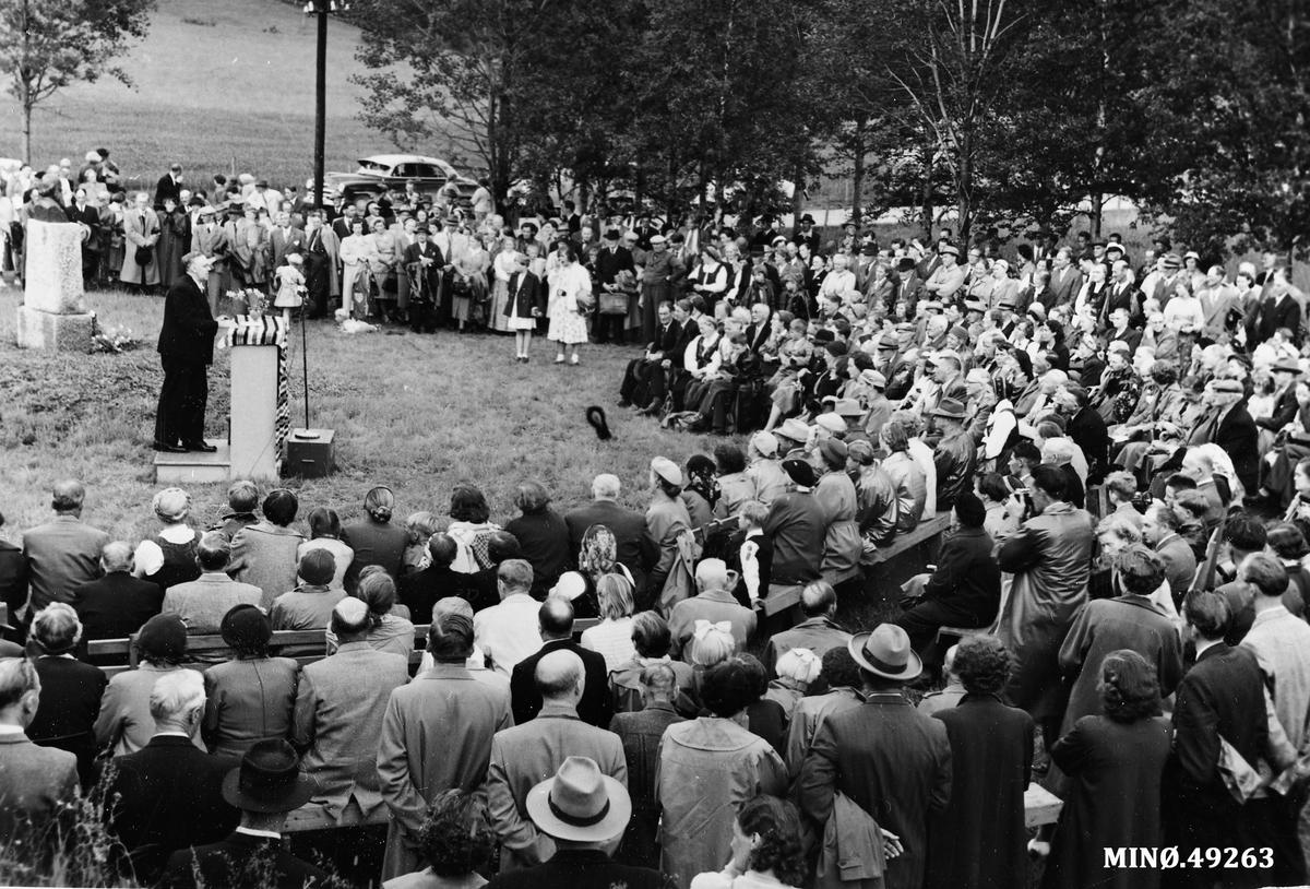 Avdukinga av minnesmerke over I. M. Egnund i 1958.