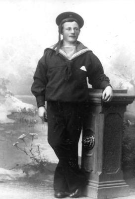 Svart-hvitt foto av Ole Severin Olsen i matrosdress. Han omkom i ei mineulykke ved Lillesand i 1920.
