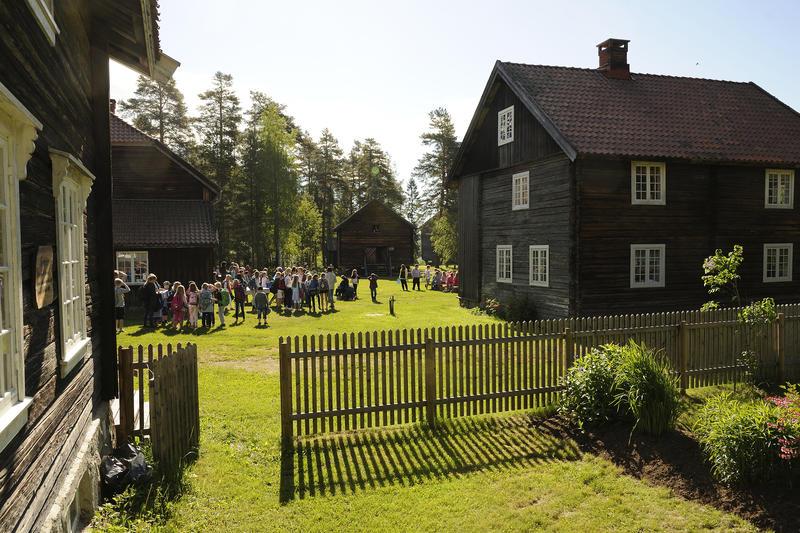 Skolebesøk på Odalstunet, fra trappa på Storbråtenhuset