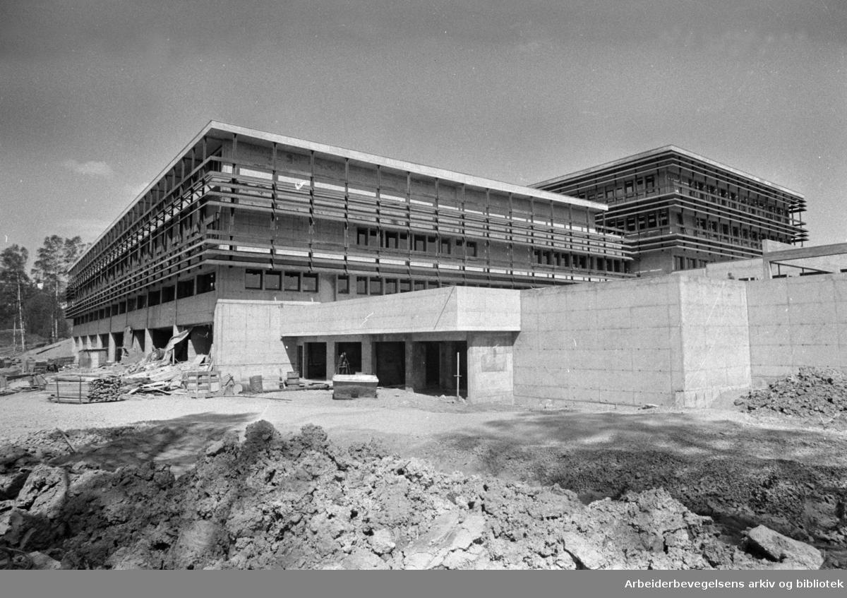 Norsk Medisinaldepot. Nedre Kaldbakkvei. Storbygget for medisin er snart ferdig. Juni 1974