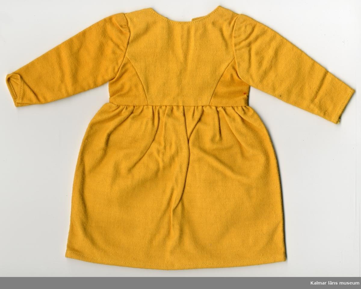KLM 28082:103. Dockklänning, dam, av textil, bomull. Del av dräkt, består av en klänning, gul. Nationaldräkt från: Dalarna.