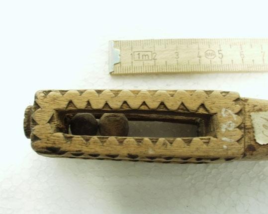 Anmärkningar: Av trä. Handtaget genombrutet bildar ett rum begränsat av fyra vridna pelare ornerade med sicksackband. Gåva från A. Larsson, Björunda, Munktorp sn. S. K. 4. 3. 1917. L; 143