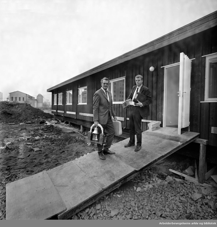 Idébanken flytter inn i eget hus på Marienlyst. Banksjef Erik Bye og assistent Jon Lie. Oktober 1967