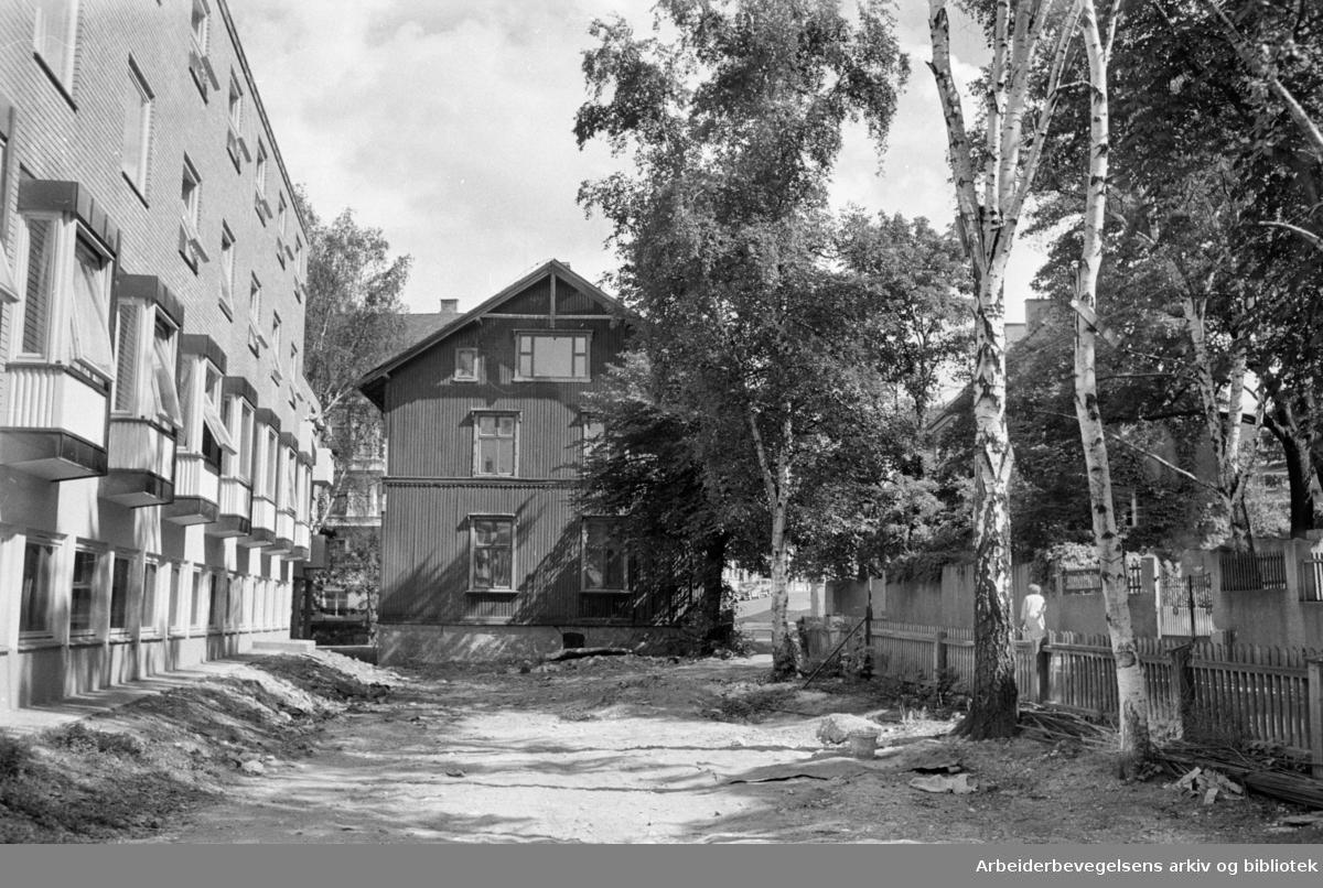 Industrigata 22. Materialene solgt, men huset står. Juli 1963