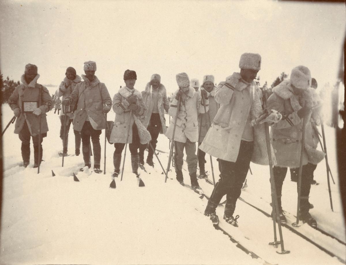 Fotoalbum innehållande bilder från Smålands husarregementes K 4 vinterövningar i Norrbotten omkring 1910.