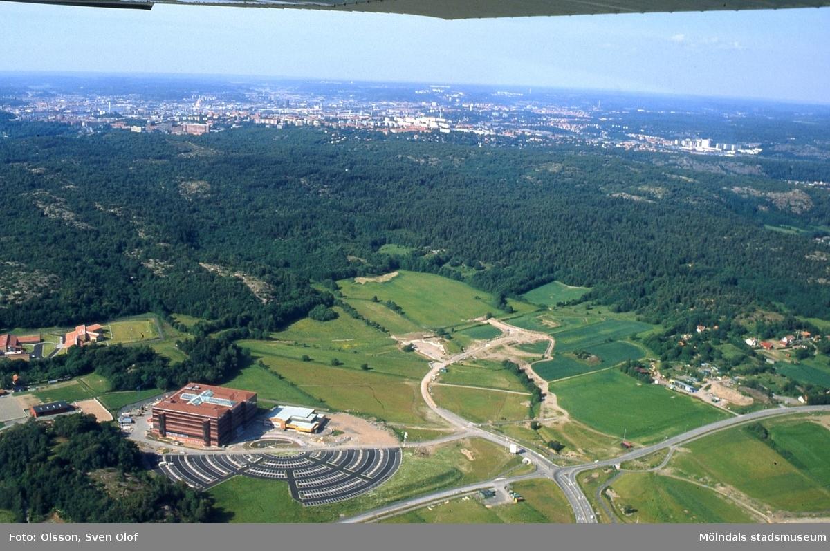 Flygfotografi över Eklanda i Mölndal den 4/7 1991. Endast Europahuset är uppfört. Till vänster ses även kriminalvårdsanstalten i Långeberg.