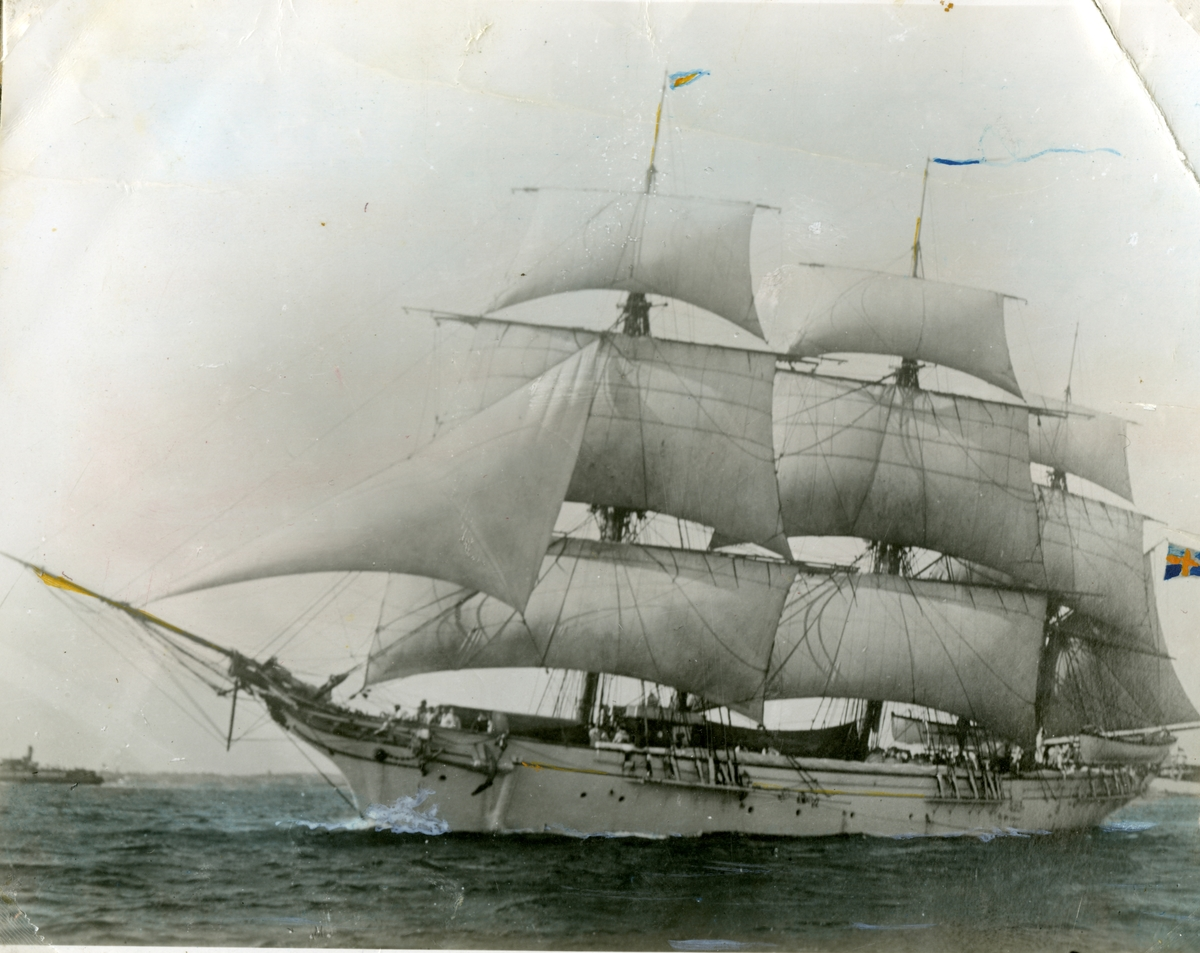 Skeppsgossefartyget Jarramas till sjöss, sett från babord sida