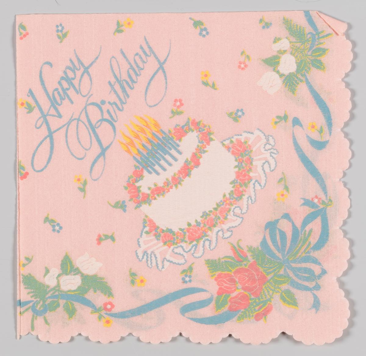 En bursdagskake med lys og blomster med sløyfer.