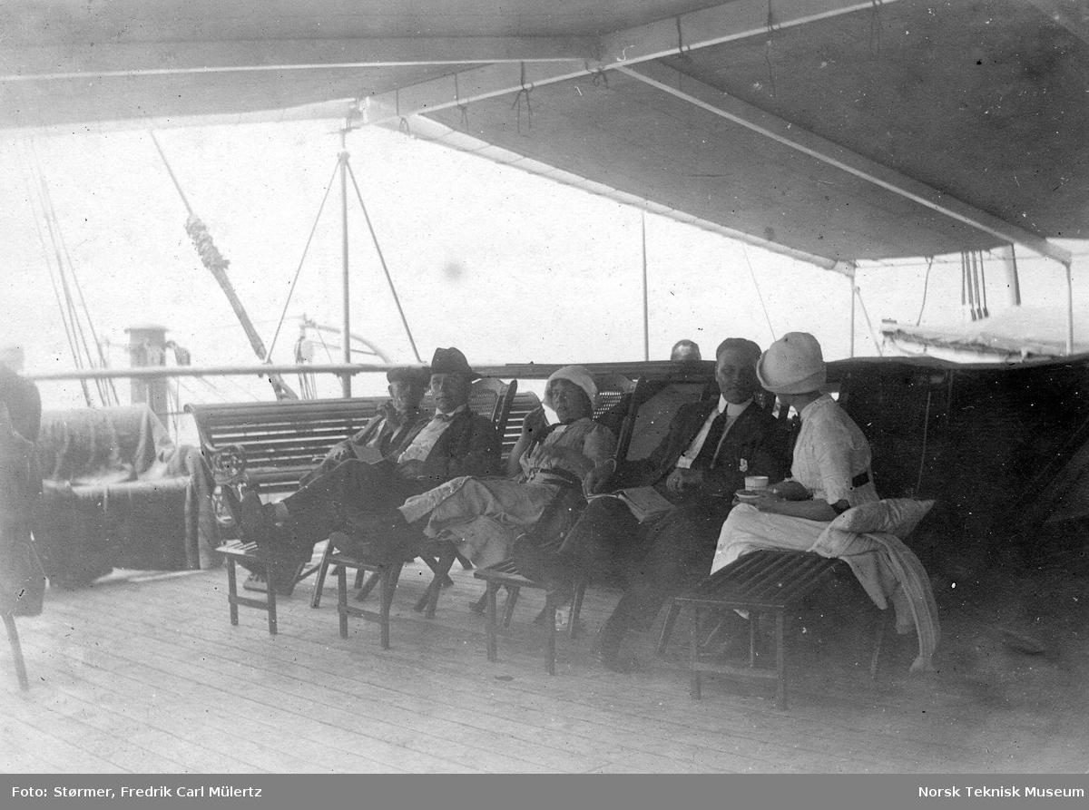 Gruppe med passasjerer på dekk, fra båten mellom New York og Oslo, 1915