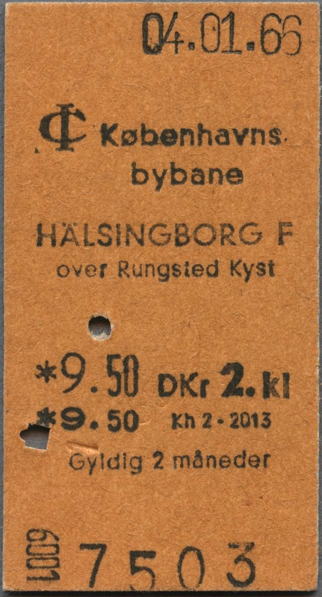 """Edmonsonsk biljett av brun kartong med tryckt svart text: """"Københavns bybane  HÄLSINGBORG F over Rungsted Kyst  *9.50 DKr 2. kl  Gyldig 2 månader"""". Biljetten har datumet 04.01.66 stämplat högst upp samt två hål efter biljettång. Biljettens nummer """"7503"""" står i nederkant."""