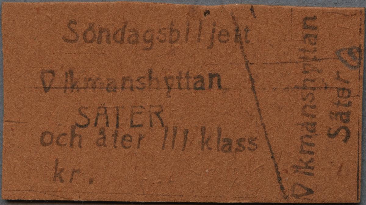 """Brun Edmonsonsk biljett med tryckt text i svart: """"Vikmanshyttan SÄTER och åter lll klass kr."""".  Biljetten har texten tryckt på långsidan. Ett snett streck delar biljetten till höger, där endast resvägen är tryckt och siffran """"6"""" är handskriven med blyerts längst ut på kortsidan. Det finns trettio dubbletter som är märkta med siffrorna 1-31  handskrivna med blyerts."""