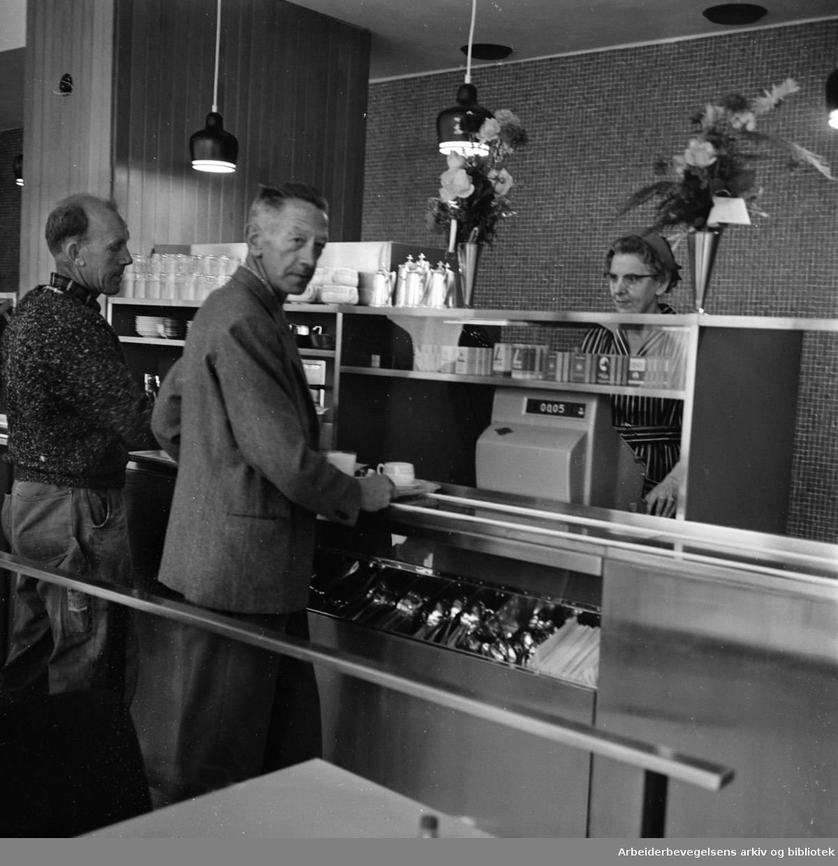 Folkets Hus. Torbjørn Johnsen og Asta Langved i Folkets Hus kafeteria. August 1962
