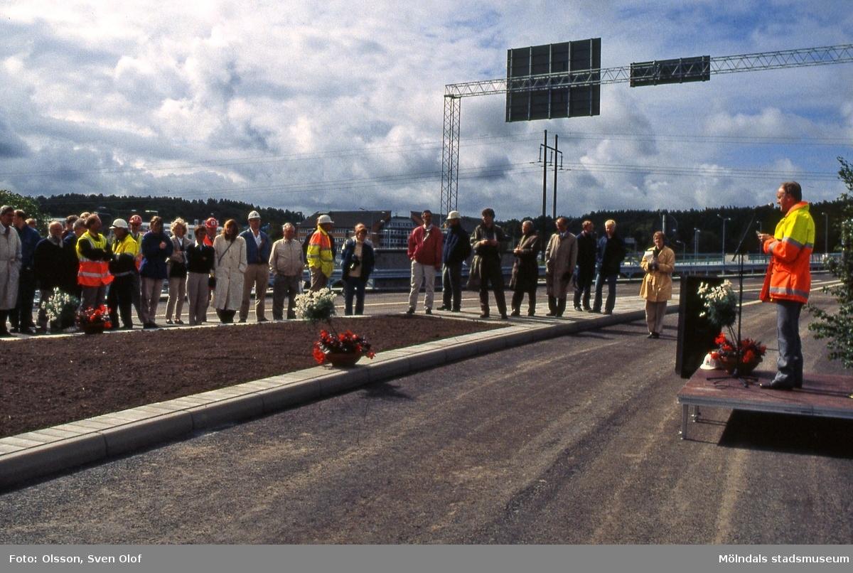 En man håller tal inför en samling åhörare vid invigningen av Fässbergsmotet i Mölndal den 18/6 1996. FD 9:21.