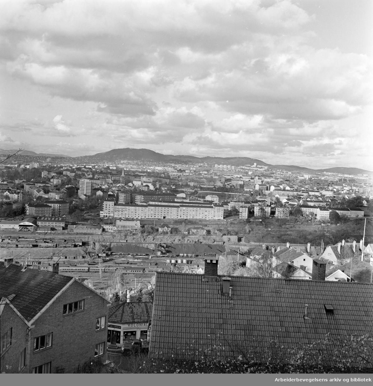 Ekeberg. Utsikt fra Ekeberg. Blokken nede til venstre er Ekebergveien 37. Blokken til høyre er nr. 41. Kolonialbutikken mellom blokkene er Svingen 2. Oktober 1961