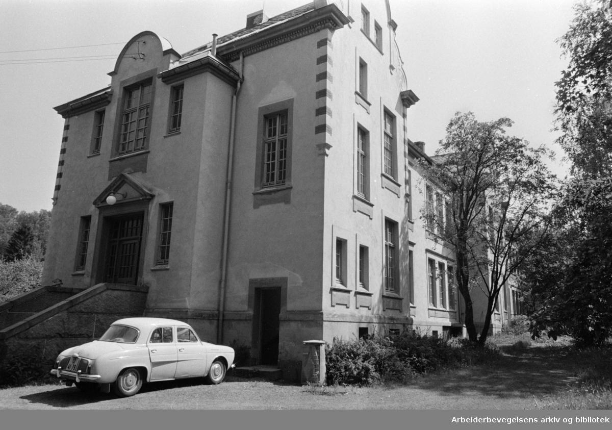 Dr. Dedichens privatklinikk blir senter for viktig sosialhjelp, skal bli sosialinstitusjon. Eksteriør. Juni 1967.