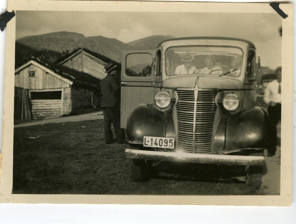 Leonard Høyland (29.1.1905 - 23.9.1975) dreiv lastebiltransport fram til 1940. På søndagen sette han eit hus på lasteplanet og drog på tur med passasjerar. Her på søndagstur til Sirdal. Nærbilete av bilen. Same tur som bilete nr 2003.9TIM49.005.