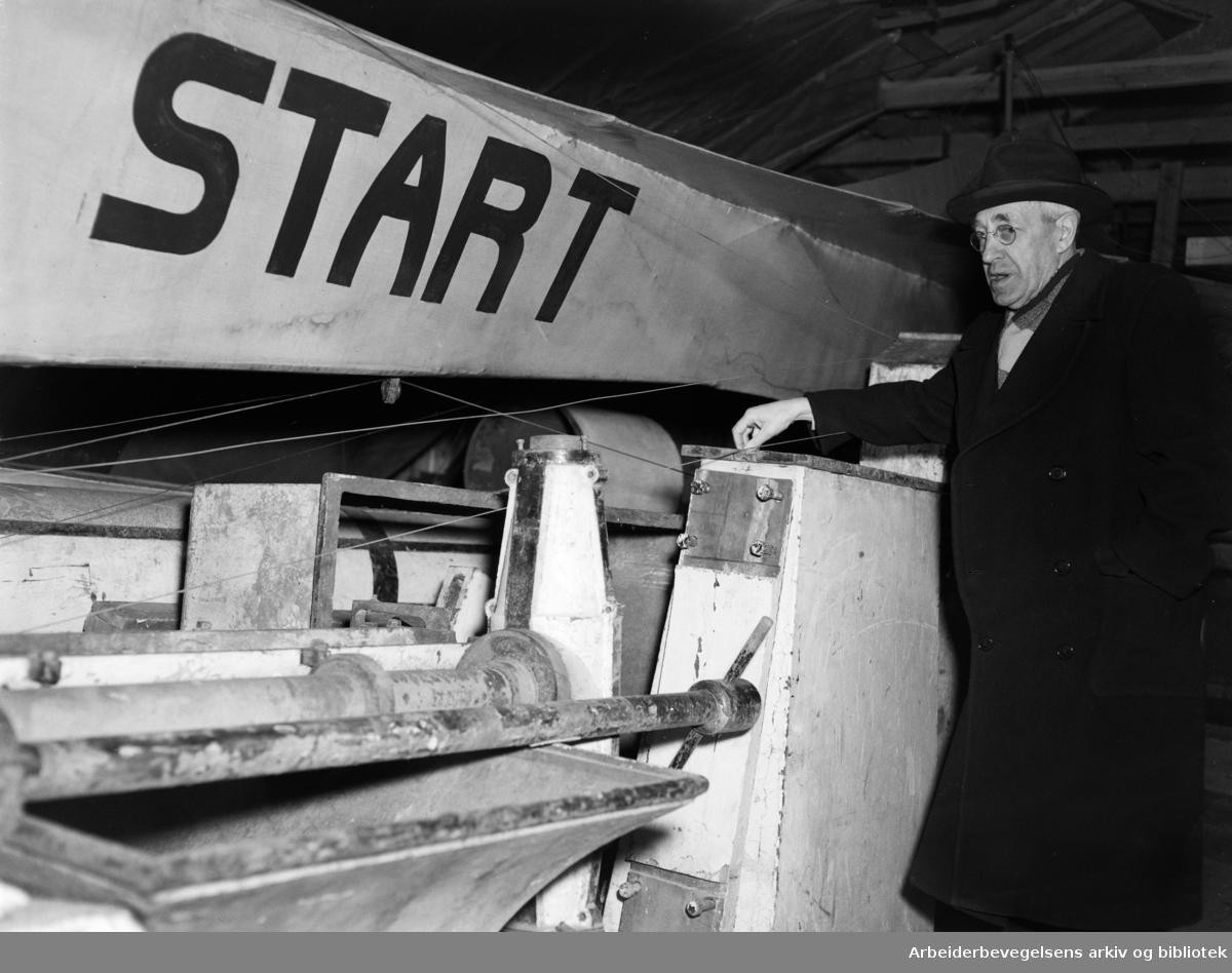 Bygdøy: Teknisk Museum. Direktør Philip Pedersen ved Norges første fly. Mars 1949