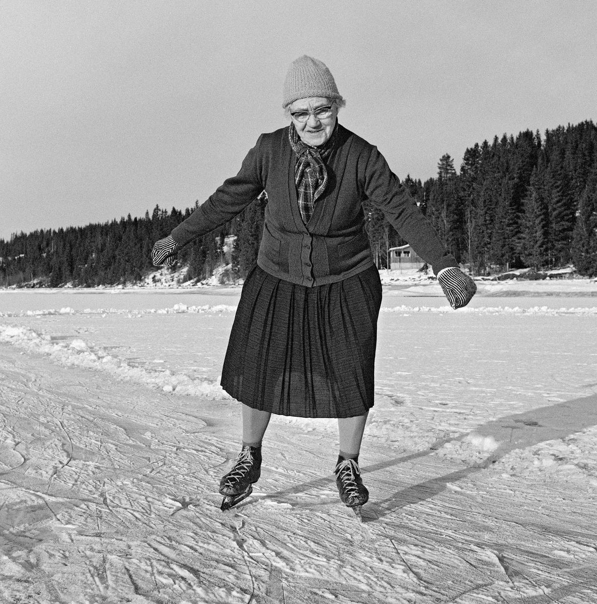 e71d3ae9 Da 84-årige Karoline Nergaard (1884-1980) fra Søre Osen i Trysil kommune,  fotografert med skøyter ...