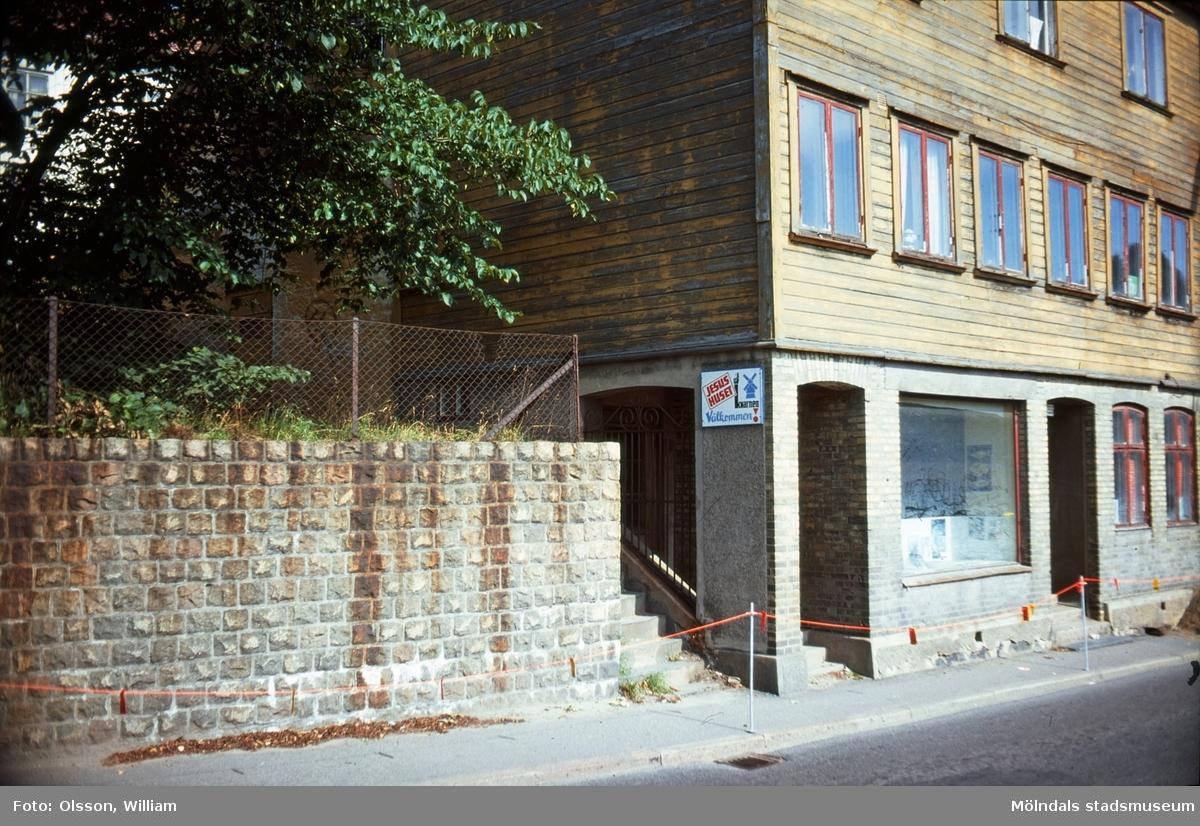 En mur, en trappa och ett hus vid Kvarnbygatan 33 och 35, okänt årtal.