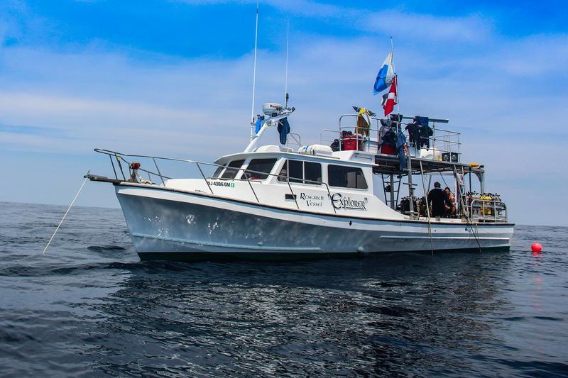 Den hvite båten Explorer på havet.