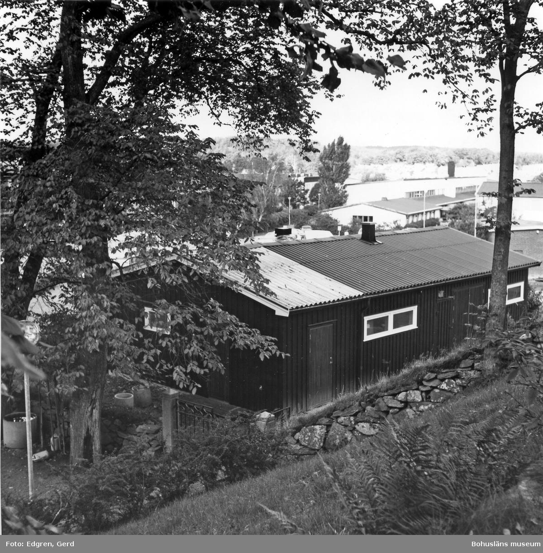 """Text till bilden: """"Ytterbys kyrka. Utrymme för kyrkogårdspersonalen, redskapsbod m m öster om kyrkogården""""."""