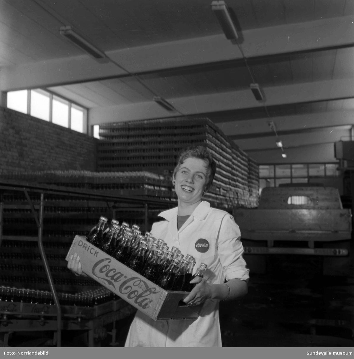 En ung kvinna som jobbar på Coca-Cola-fabriken i Nacksta.