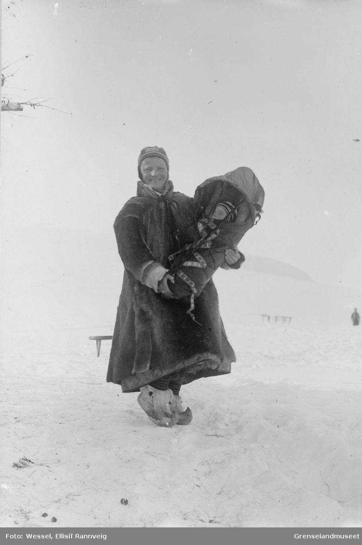 Marit Banne med datteren Inga i komse vinteren 1897.