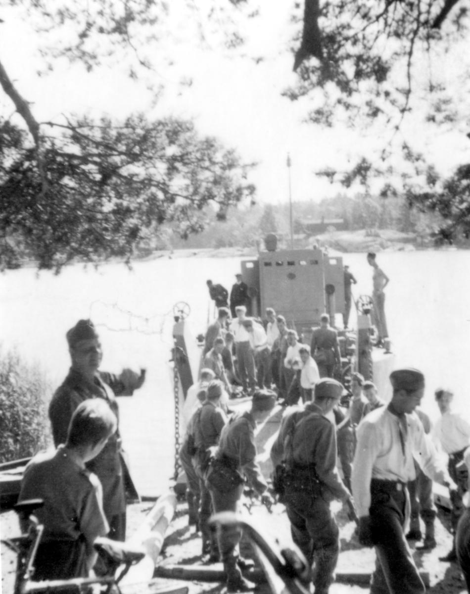 """Sergeant Erik """"Floda"""" Johansson, P 3 leder övning avseende lastning av landstigningsbåt på Utö pansarskjutfält."""