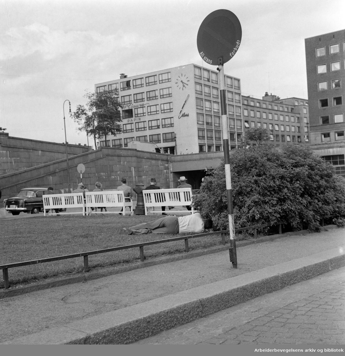 Arne Garborgs Plass. Partiet foran hovedbrannstasjonen..Juni 1960